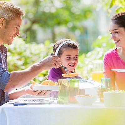 משפחה יושובת יושבים סביב שולחן
